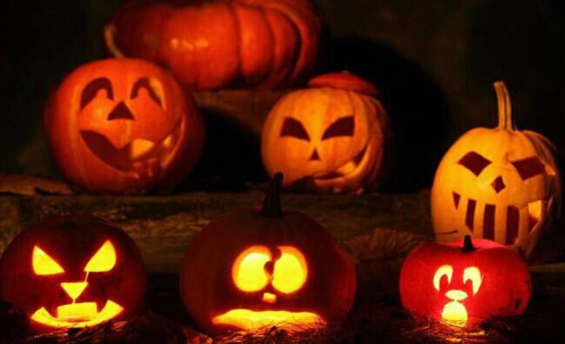 每年的11月1日,是西方一年一度的传统节日万圣节(All Hallows' Day 或All Saints' Day),而每年的10月31日则为万圣夜(Halloween,为All Hallows' Eve的缩写),亦即万圣节的前夜(而国人却常对两者傻傻分不清,总是将万圣夜误认为万圣节),这一夜,正是本文的主角南瓜,一年一度闪亮登场的良辰吉时。  万圣夜的鬼灯笼候场中 南瓜灯作为万圣夜道具的习俗源于古代爱尔兰。据说是有一个名叫杰克(Stingy Ja